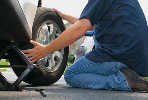 Thay lốp dự phòng xe hơi